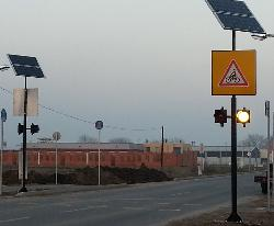 Makó, napelemes sárga villogók elhelyezése gyalogátkelőhelyeknél bicikliút átvezetéssel NSV-MONO-8W-DUO-2013 alkalmazásával.