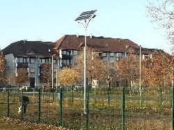 Budapest, Pestszentlőrinc kutyafuttató napelemes térvilágítása UNK-MONO-16W-2F-2012 kandeláber alkalmazásával.