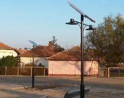 Napelemes térvilágítás kiépítése Tömörkényben KNK-MONO-8W-2F-2013 kandeláber telepítésével.