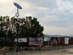 ILST-NKO-MONO-D1 típusú napelemes köztéri óra a tihanyi hajóállomáson.
