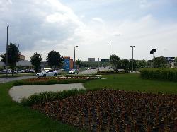 Budaörs, Baross-Bretzfeld körforgalom, napelemes díszvilágítás, díszfák súrolófényes megvilágítása autonóm módon.