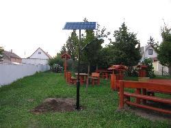 UNK-MONO-4W-2011 típusú napelemes kandeláber biztosítja a térvilágítást Bodorfa pihenő parkjában.