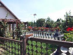 Zalaszentiván, családi ház napelemes térvilágítása UNK-MONO-8W-2011 kandeláber telepítésével.