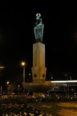 ILST-KS-2W-CW napelemes LED lámpatestek biztosítanak díszvilágítást Budapesten a Pasarét téri körforgalomnál.