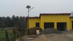 1-1db UNK-MONO-8W-2014-(KV) napelemes kandeláber biztosít térvilágítást két kiskorpádi ingatlanon.
