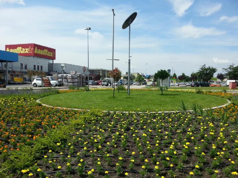 Budaörs, Baumax körforgalom, napelemes díszvilágítás
