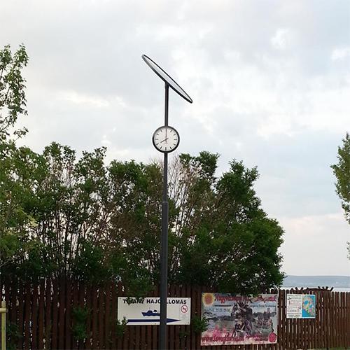 Tihany, hajóállomás, Napelemes köztéri óra